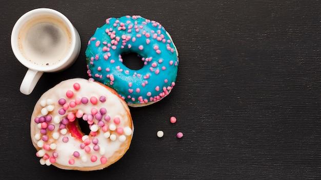 Kopje koffie en donuts