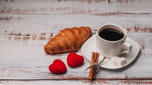 Kopje koffie en een croissant voor valentijnsdag
