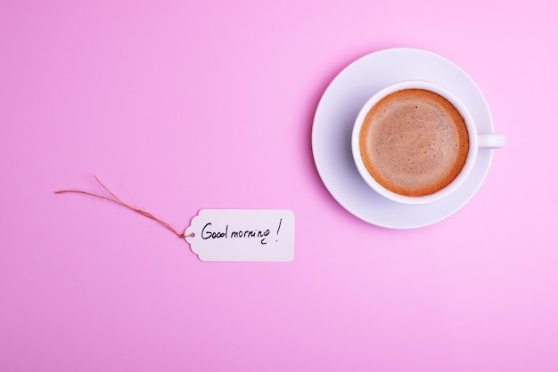 Kopje koffie en een schotel en een papieren label