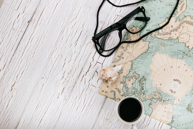Kopje koffie en glazen liggen op de kaart
