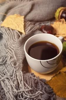 Kopje koffie en grijze gebreide achtergrond.