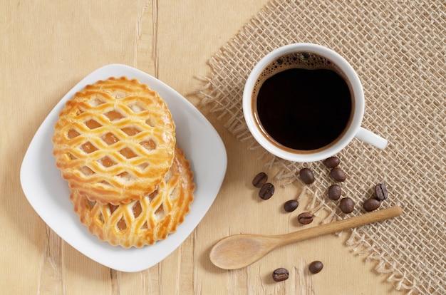 Kopje koffie en koekjes met een appelvulling