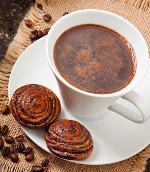 Kopje koffie en koekjes met maanzaad