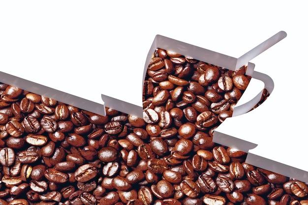 Kopje koffie en koffiebonen op witte achtergrond