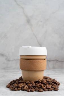 Kopje koffie en koffiebonen
