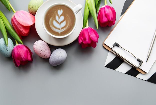 Kopje koffie en paaseieren