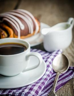 Kopje koffie en poppy bun geglazuurd met ganache