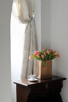 Kopje koffie en prachtige tulpen