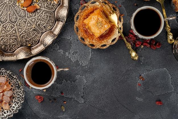 Kopje koffie en turks gebak op donkere ondergrond close-up