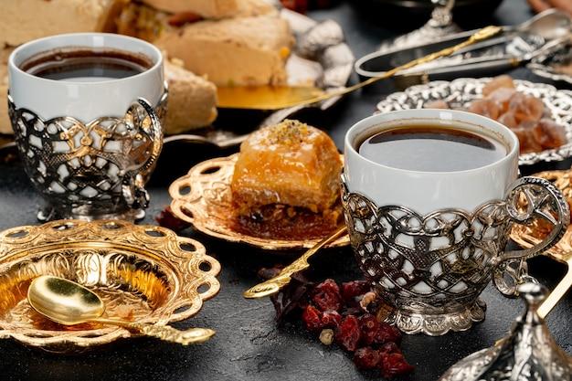 Kopje koffie en turks gebak op donkere ondergrond
