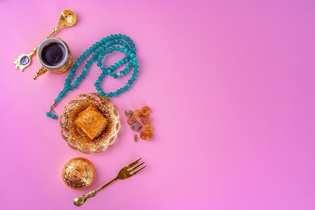 Kopje koffie en turkse dessert baklava op roze
