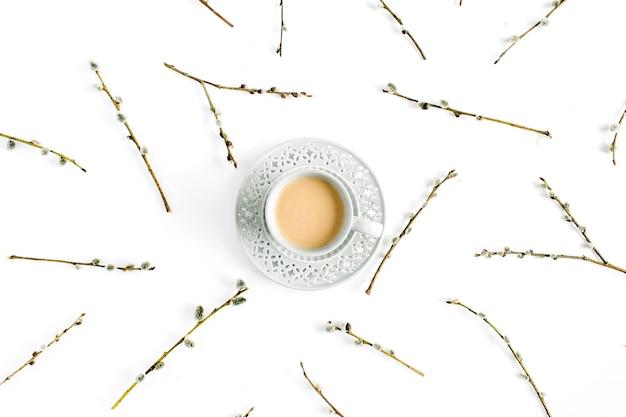 Kopje koffie en wilgentakken patroon op wit