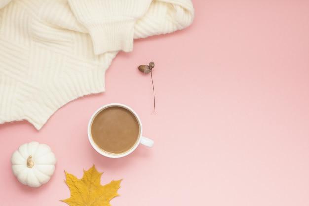 Kopje koffie en witte trui op roze