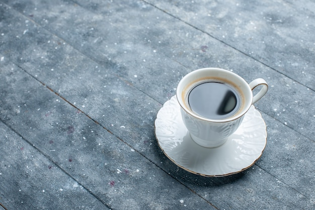 Kopje koffie heet en sterk op blauw bureau, koffie cacaodrank heet