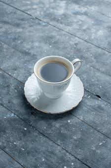 Kopje koffie heet en sterk op blauw, koffie cacaodrank heet
