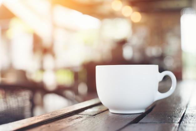 Kopje koffie in koffiebar, vintage stijl.