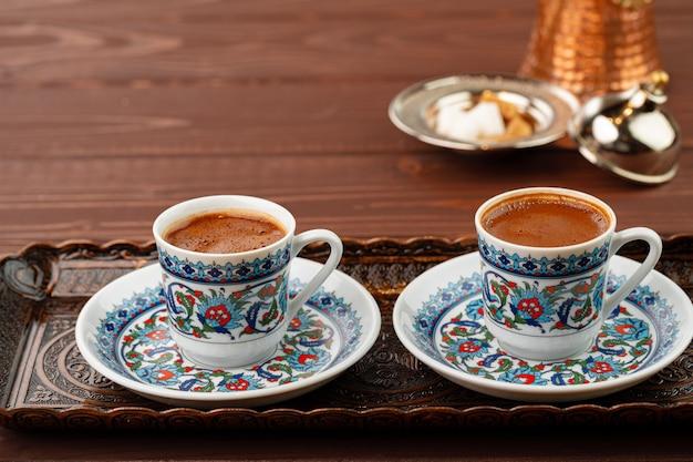 Kopje koffie in oosterse stijl op metalen dienblad close-up
