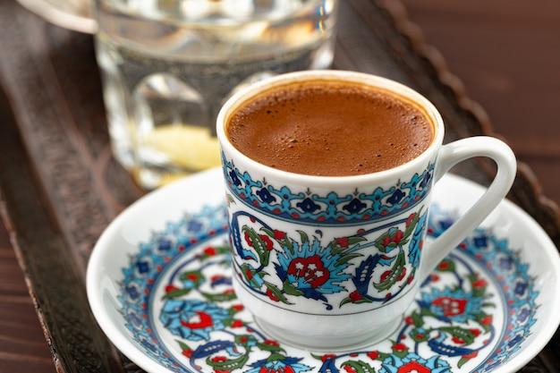 Kopje koffie in oosterse stijl op metalen dienblad