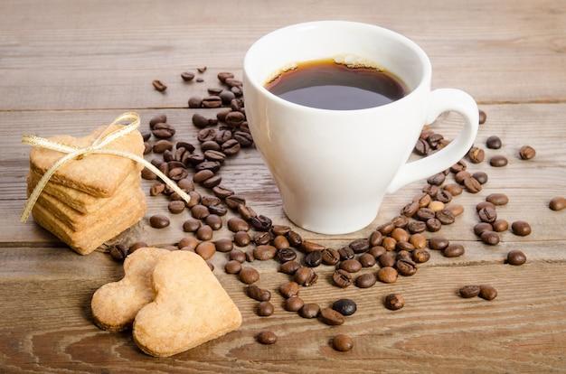 Kopje koffie, koffiebonen en koekjes-harten