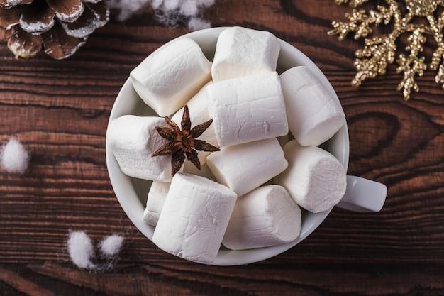 Kopje koffie marshmallows. bovenaanzicht kerst koffie beker marshmallows