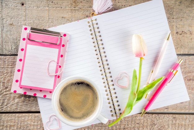 Kopje koffie met bloemen en schetsboek