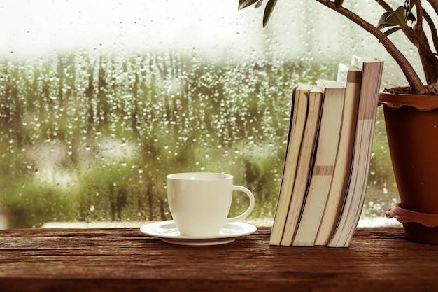 Kopje koffie met boek