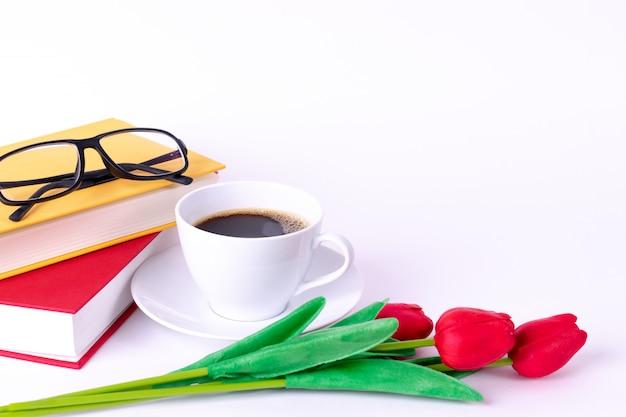 Kopje koffie met boeken en glazen. ruimte kopiëren