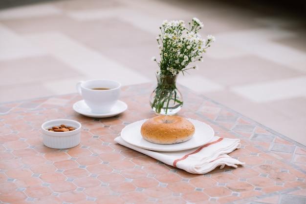 Kopje koffie met brood op tafel in de ochtend met zonlicht, ontbijt