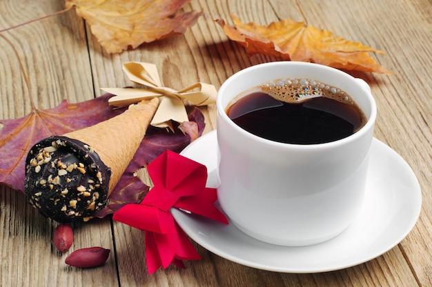 Kopje koffie met cakes in roomkegel