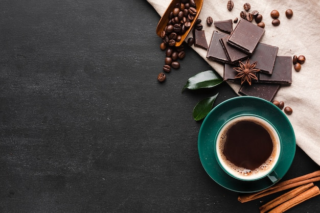 Kopje koffie met chocolade en kopie ruimte