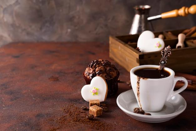 Kopje koffie met cooffee bonen, houten kist met korrels koffie