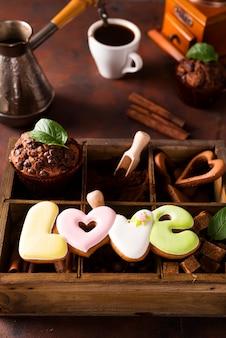 Kopje koffie met cooffee bonen, houten kist met korrels van koffie en kruiden, koekjes