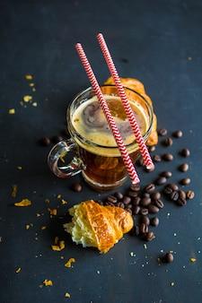 Kopje koffie met croissanton