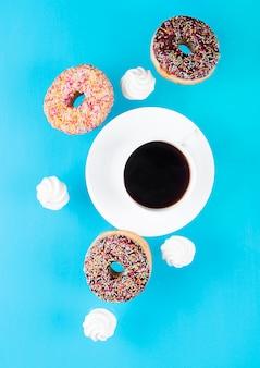 Kopje koffie met donuts en schuimgebakjes in beweging
