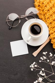 Kopje koffie met een bril