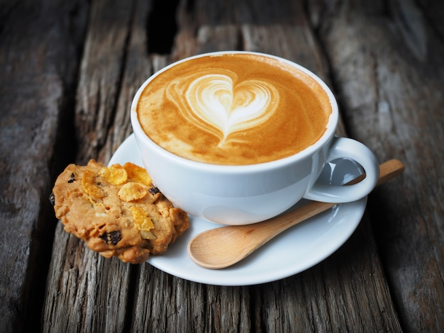 Kopje koffie met een hart getrokken in schuim