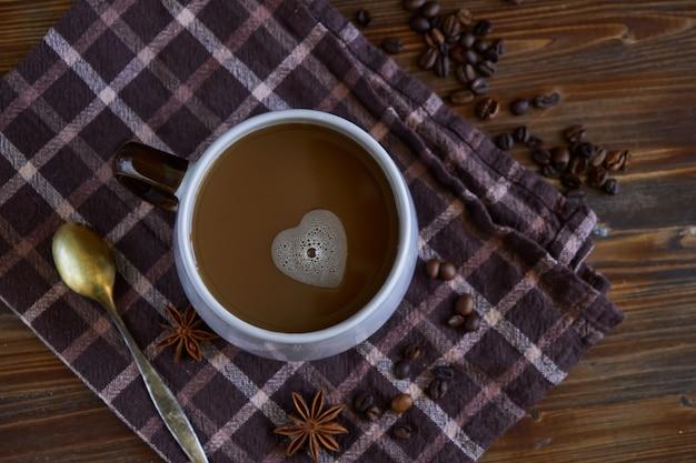 Kopje koffie met een schuim in de vorm van een hart. met liefde voor koffie.