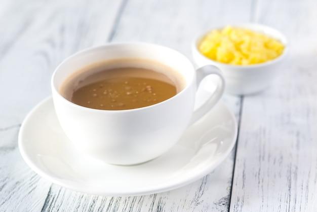 Kopje koffie met ghee boter