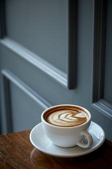 Kopje koffie met hart patroon