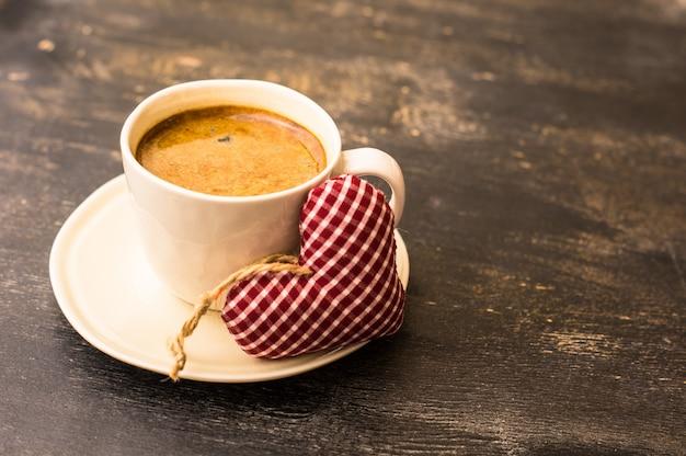 Kopje koffie met hartvormige geschenken