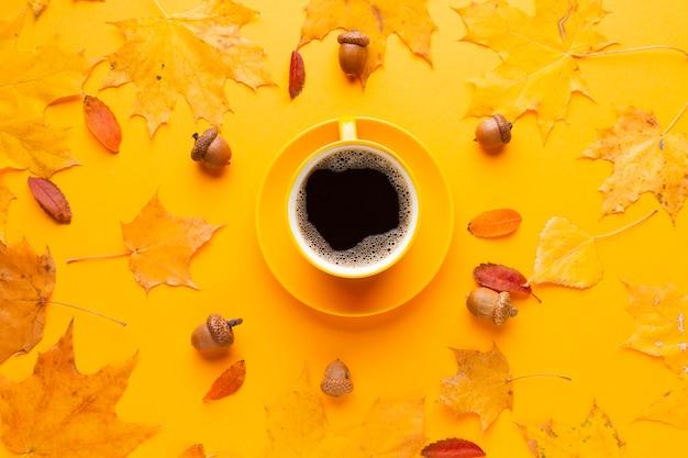 Kopje koffie met herfstbladeren