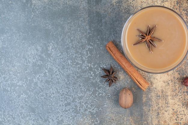 Kopje koffie met kaneelstokjes op marmeren achtergrond. hoge kwaliteit foto