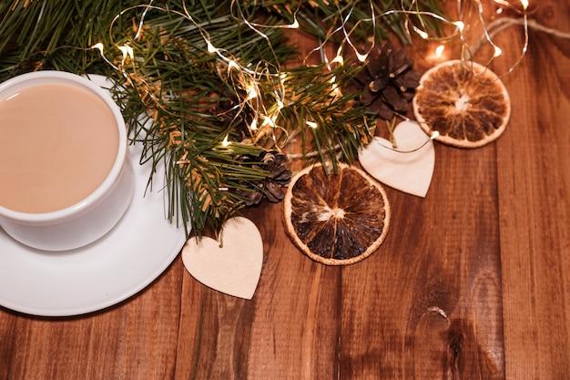 Kopje koffie met kerstversiering.
