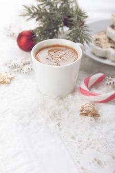 Kopje koffie met kerstversiering