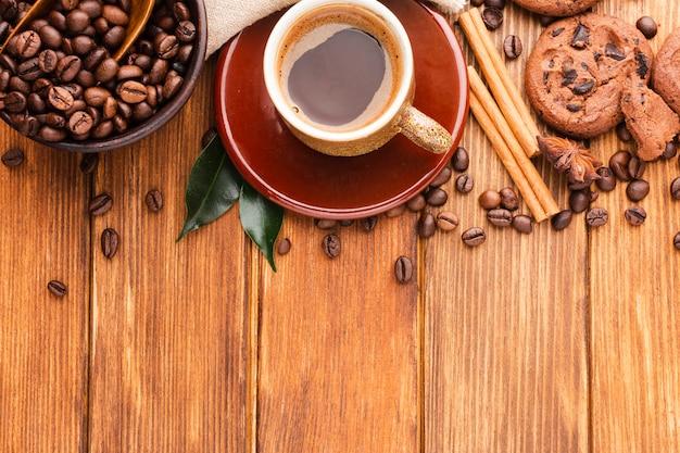 Kopje koffie met koekjes op de tafel