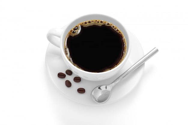 Kopje koffie met koffiebonen geïsoleerd op een witte achtergrond