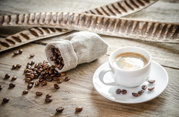 Kopje koffie met koffiebonen