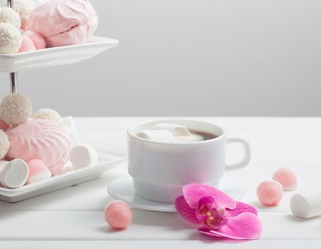 Kopje koffie met marshmallow voor valentijnsdag