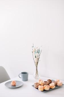 Kopje koffie met marshmallows en bloemen op tafel