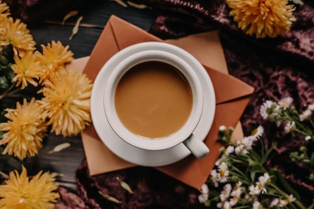 Kopje koffie met melk. herfst concept.